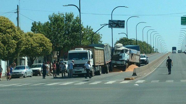 Espectacular choque entre tres camiones en Provincias Unidas y Pellegrini dejó dos heridos leves