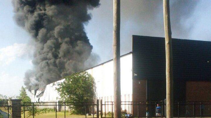 El fuego afecta mayormente la parte trasera del galpón. (Foto: @everarnoldo)