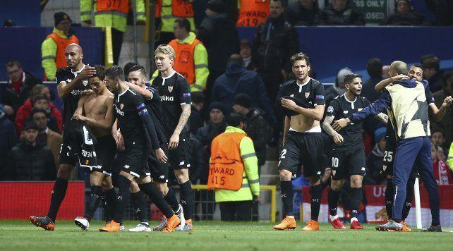 Alegría. Los jugadores de Sevilla celebran uno de los goles de la noche en Old Trafford.