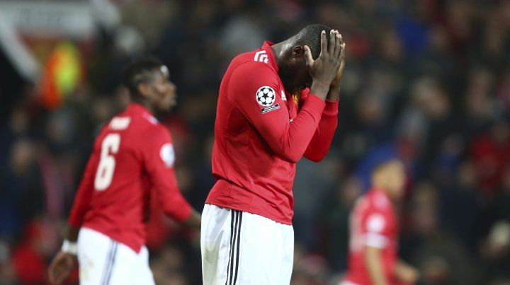Desazón. El United de Mourinho quedó eliminado de la Champions frente al Sevilla español.