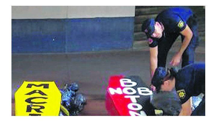 Evidencia. Dos de los ataúdes encontrados por la policía en el Gigante.