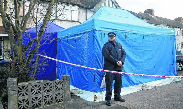 Sin pistas. Un policía custodia el frente del domicilio donde fue hallado sin vida el magnate ruso Nicolai Glushkov.
