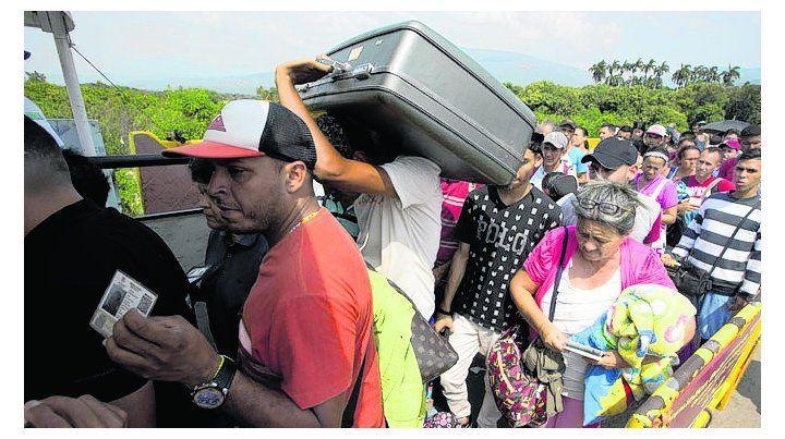 éxodo en masa. venezolanos llegan a la frontera con Colombia.