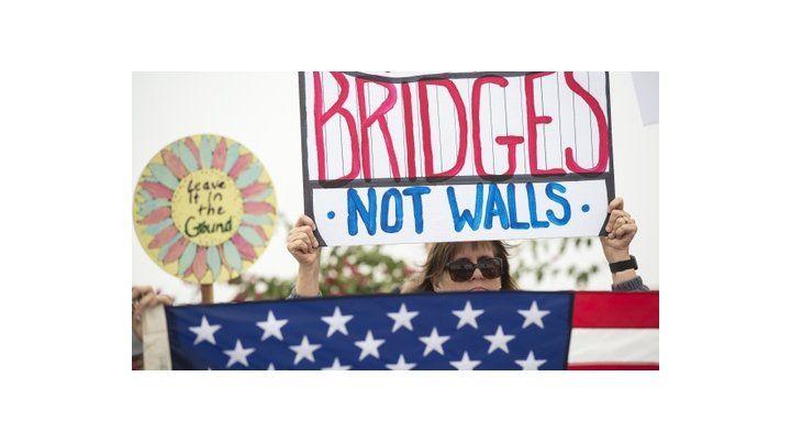 Malestar. Una manifestante expresa su rechazo a amurallar la frontera.
