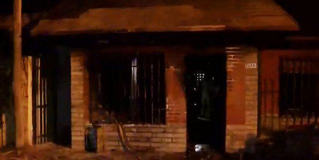 Un joven se peleó con su novia y le quemó la casa con chicos adentro en zona norte