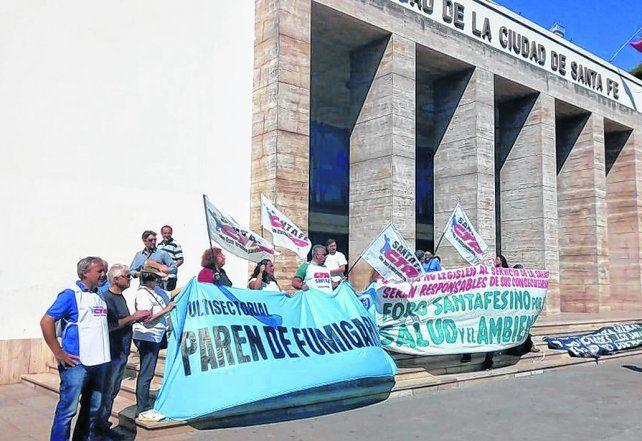 Frente al Municipio y el Concejo. Distintas organizaciones se movilizaron el lunes pasado apoyadas por ediles.