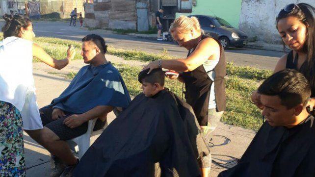 En acción. La peluquería se monta en el corazón del barrio.