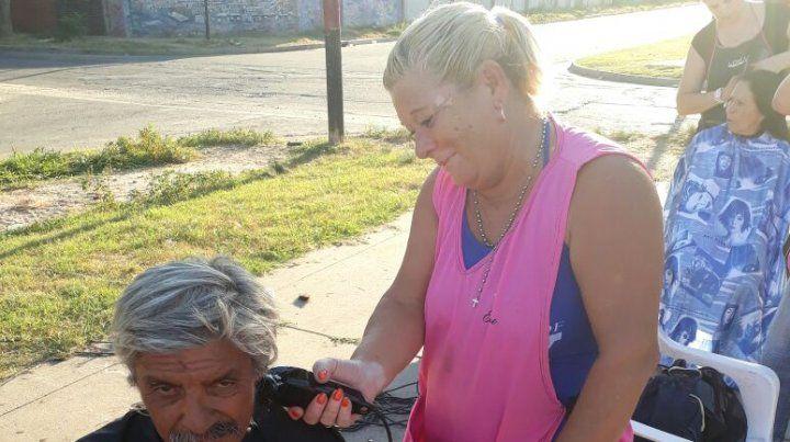 Vanesa, la peluquera que todos los lunes desborda solidaridad