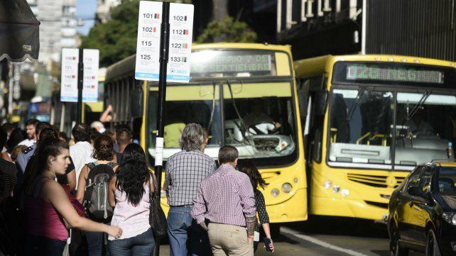 Los subsidios al transportes sufrirán un recorte.