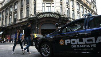 Desde ayer por la tarde, la policía desplegó un amplio operativo de control en el microcentro rosarino.