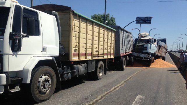 Parte de la carga quedó tirada en el asfalto.