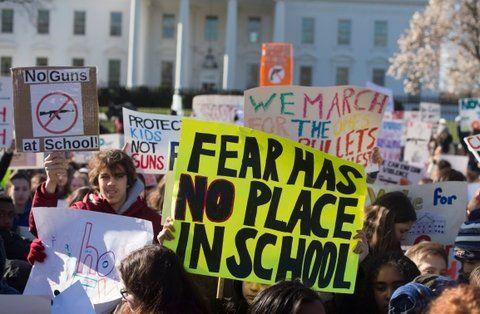 Basta. Jóvenes reclaman frente a la Casa Blanca controles más estrictos y la prohibición de los fusiles de asalto.