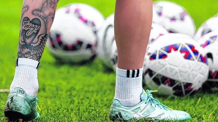 Lo más valioso de Leo en la cancha: sus piernas. Con tatuaje de su hijo Thiago.
