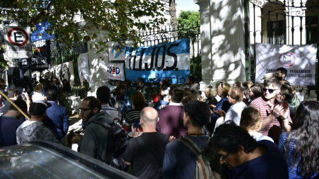 Una multitud se congregó en la radio abierta frente a Tribunales Federales.