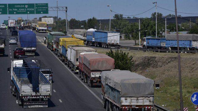 Los camiones forman una extensa fila que vuelve lento el tránsito por Circunvalación.