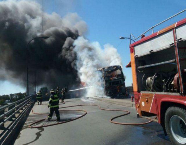 Combustión. La densa humareda trajo preocupación a los automovilistas que circulaban por el viaducto.