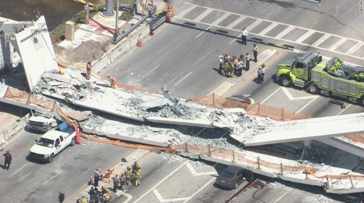 Colapsó un puente peatonal en Miami y habría varios muertos