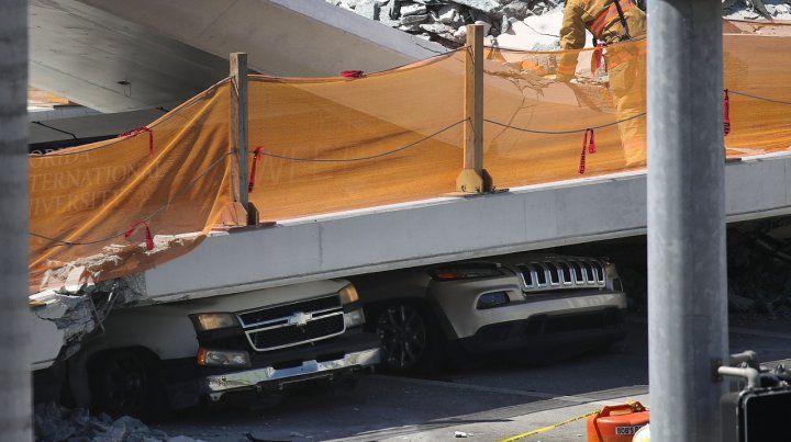 Varios autos quedaron atrapados bajo los escombros.
