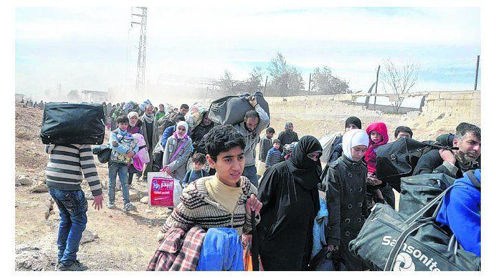 Exodo en masa. Civiles salen del asediado enclave rebelde de Guta.