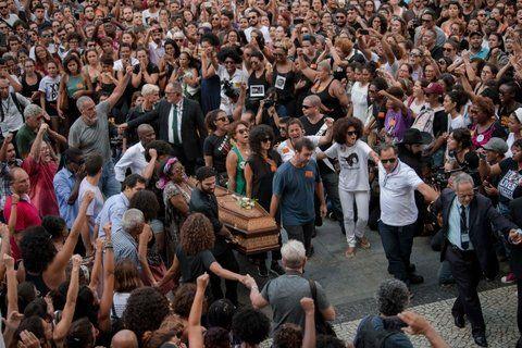 dolor. El ataúd de Franco ingresa entre una multitud indignada al palacio municipal carioca.