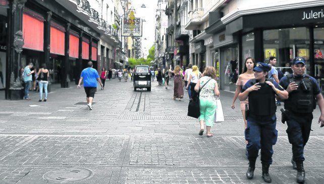 patrullando. Policías recorrieron las peatonales y evitaron que se instalen puestos de venta ambulante.