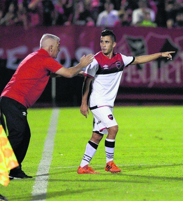 Al ataque. De Felippe ordena a Torres en la cancha. Su función será clave ante el Bicho.