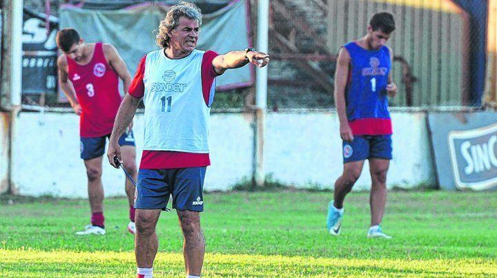 Cuffaro Russo. El director técnico del conjunto de Tablada da indicaciones durante la práctica.