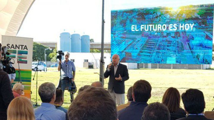 El gobernador durante la presentación de obras en el Acueducto. Luego habló de la situación gremial.
