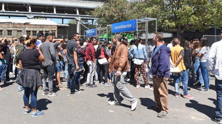 El ingreso a los salones ubicados en Alto Rosario Shopping fue una muestra de la gran afluencia de gente.
