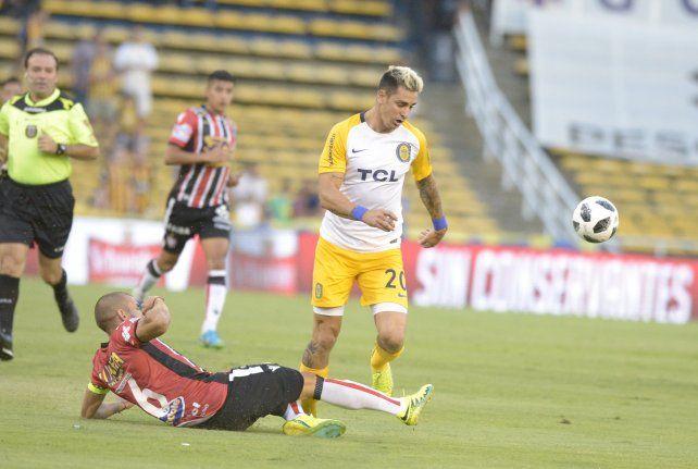 Zampedri intenta escapar de la marca de Germán Ré.