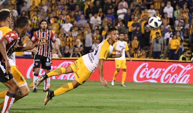 Cabezazo de gol. Maziero anotó por partida doble en el triunfo canalla sobre Chacarita.