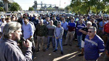 Lucha. Los trabajadores de Cargill, en asamblea frente a la planta.