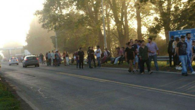Peligroso. Proponen disponer de un servicio de combis para evitar que los jóvenes caminen por la ruta.