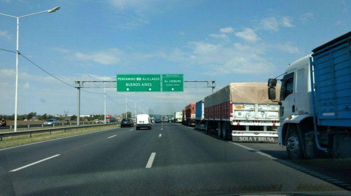 A la cola. Los camiones congestionan las principales rutas de la región.