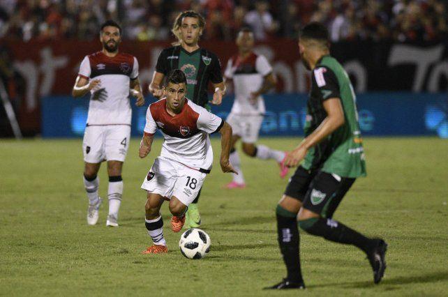 Encarador. El Chino Torres uno de los jugadores de ataque de Newells.