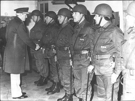 Leopoldo Fortunato Galtieri saluda a la tropa.