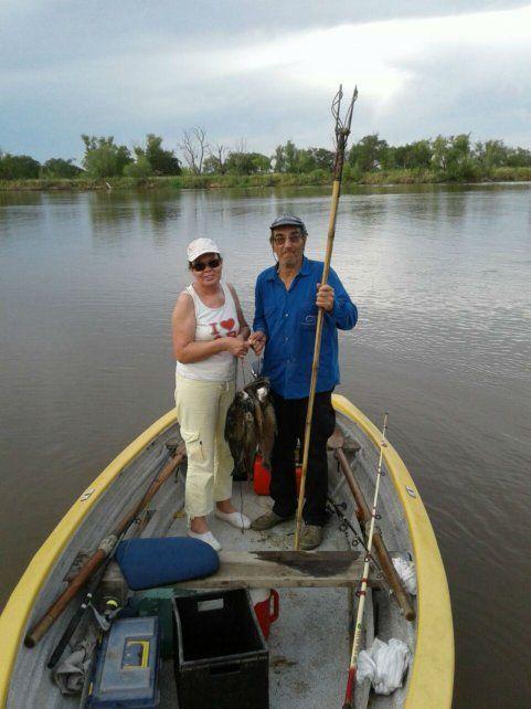 Víctimas. Ríos y Sosa en la lancha que usaban a diario para pescar.