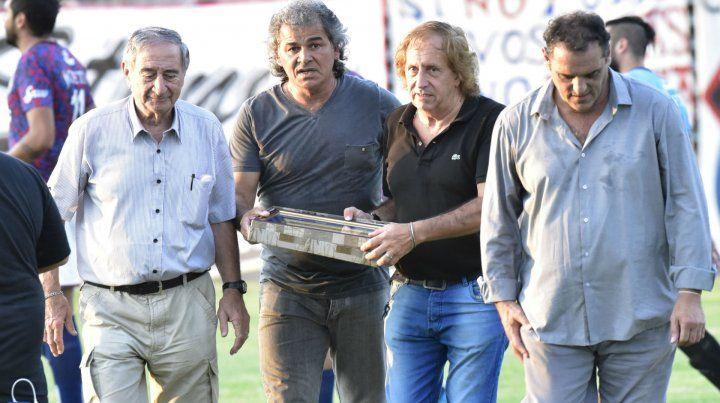 Homenaje. El técnico recibió la plaqueta por los 100 partidos dirigiendo al charrúa.