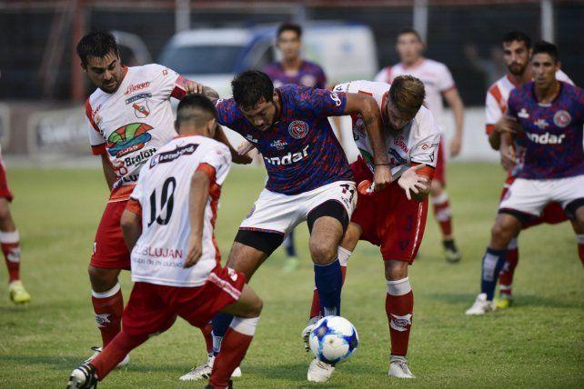 Contra todos. Juan Pablo Pereyra estuvo muy bien marcado por la defensa lujanera durante todo el partido.