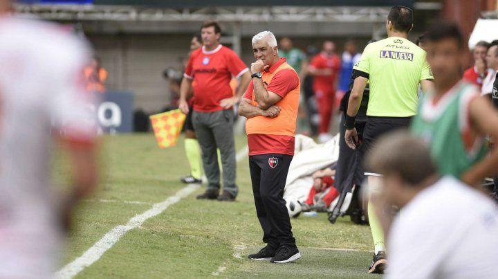 Gesto de preocupación. Omar De Felippe observa con atención el desarrollo del partido. Su equipo no le entregó respuestas.