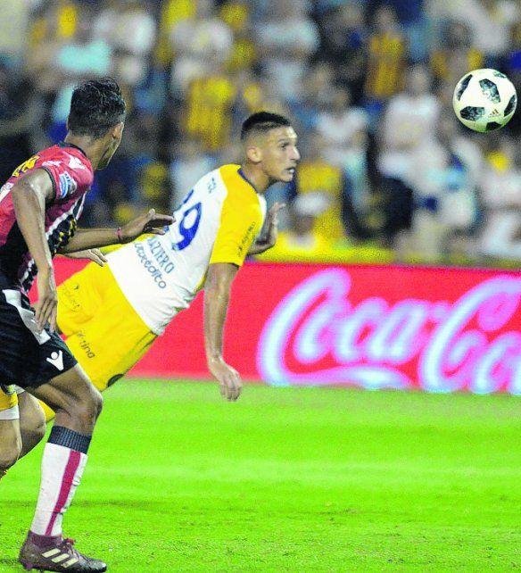 Vuelo goleador. Maziero conecta de cabeza para el 2-1 parcial ante Chacarita.