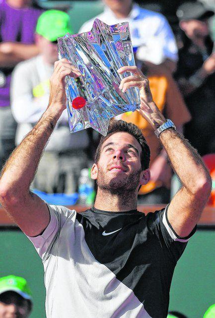 Toda la gloria. Juan Martín Del Potro exhibe el trofeo que lo certifica como el mejor del torneo.