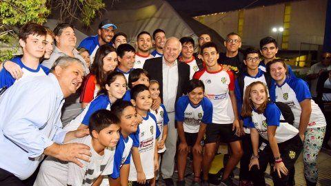 festejo. Las comunidades de los clubes celebraron la visita del gobernador y agradecieron su ayuda.