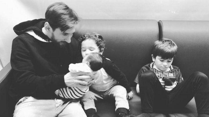 La foto. Leo Messi junto a sus tres hijos en un sillón