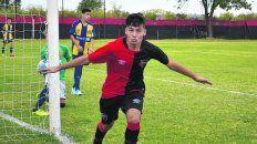 Lo gritó a la cámara. Jeremías Pérez Tica, de la 8ª de Newells, marca el segundo gol en el 3 a 0 en Bella Vista.