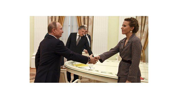 dueño de casa. Putin saluda a la ex candidata Ksenia Sobchak
