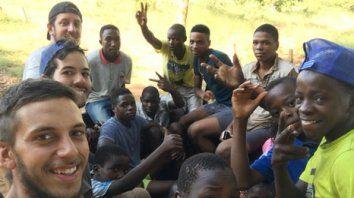 en el exterior. Andrés Sacchi, uno de los rosarinos que viajó a Mozambique junto a niños de la zona, rumbo al lugar donde levantaron las aulas.