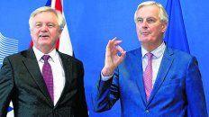 OKey. El negociador europeo para el Brexit, Michel Barnier (der,) hace sonreír al británico David Davis en Bruselas.