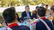 error histórico. El presidente, durante el almuerzo con los granaderos.