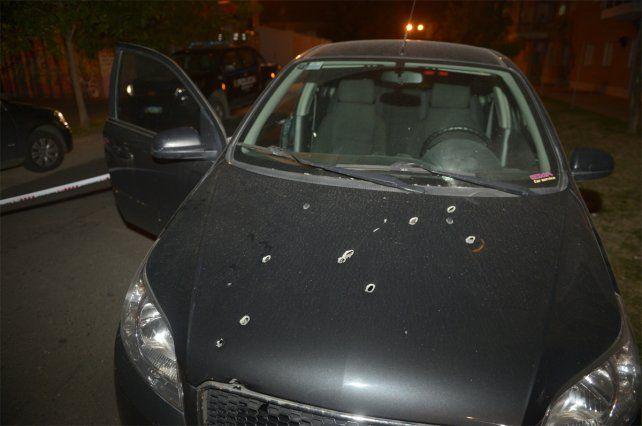 Esta noche. Así quedó el auto que fue atacado a balazos en Pellegrini y Valparaíso.